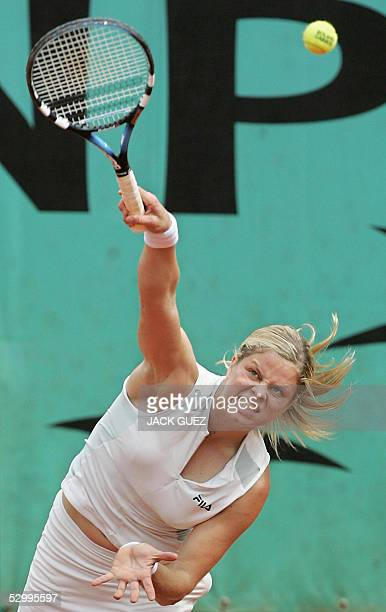 Belgium Kim Clijsters serves to US Lindsay Davenport during their fourth round match of the tennis French Open at Roland Garros 29 May 2005 in Paris...