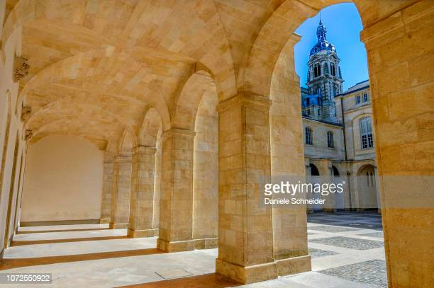 france, bordeaux, triangle d'or neighborhood, cour mably (cloister of the former dominican convent), chambre regionale de la cour des comptes (court of audit regional house) (world heritage unesco) - convent stock photos and pictures