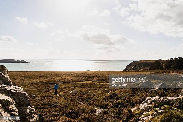 France, Bretagne, Finistere, Crozon peninsula, woman walking at the coast