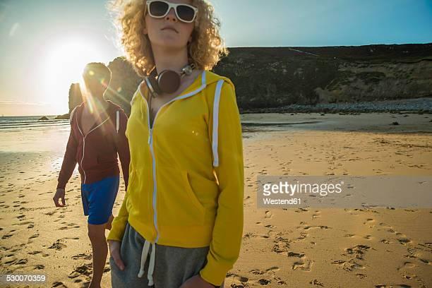 france, brittany, camaret-sur-mer, two teenagers walking on the beach - camaret sur mer photos et images de collection