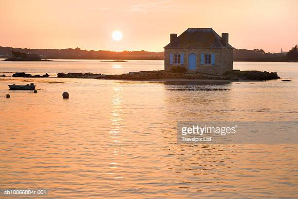 france, brittany, fishermans cottage on small island at sunset - endroit isolé photos et images de collection