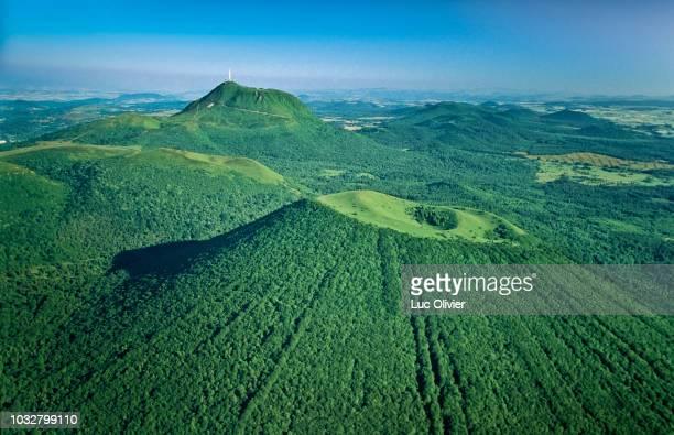 france, center france, mountain range la chaine des puys - auvergne stock pictures, royalty-free photos & images