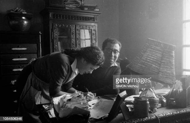 France décembre 1955 Roger IKOR écrivain français est le lauréat du prix Goncourt 1955 pour son roman 'Les Eaux mêlées' Il habite dans une modeste...