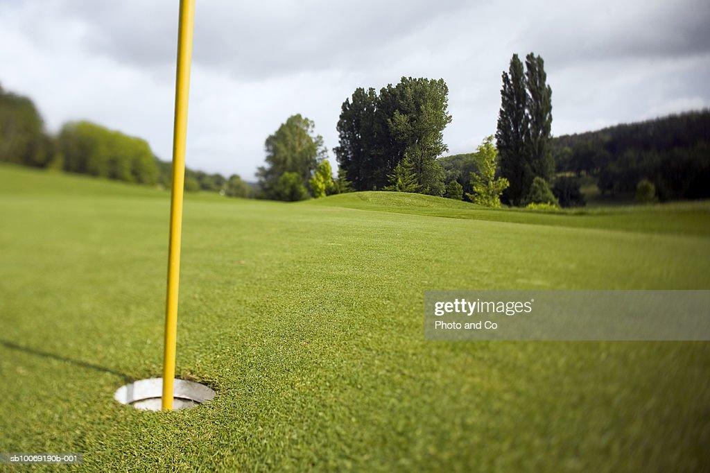 France, Dordogne, golf hole with flag pole : Stockfoto
