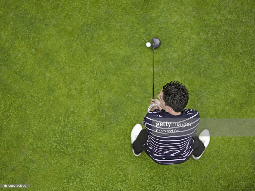 France, Dordogne, male golfer teeing off, directly above : Stockfoto