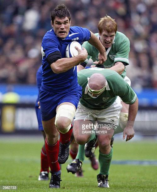 French lock and captain Fabien Pelous breaks away from Irish prop John Hayes and Irish lock and captain Paul O'Connell during the Six Nations rugby...