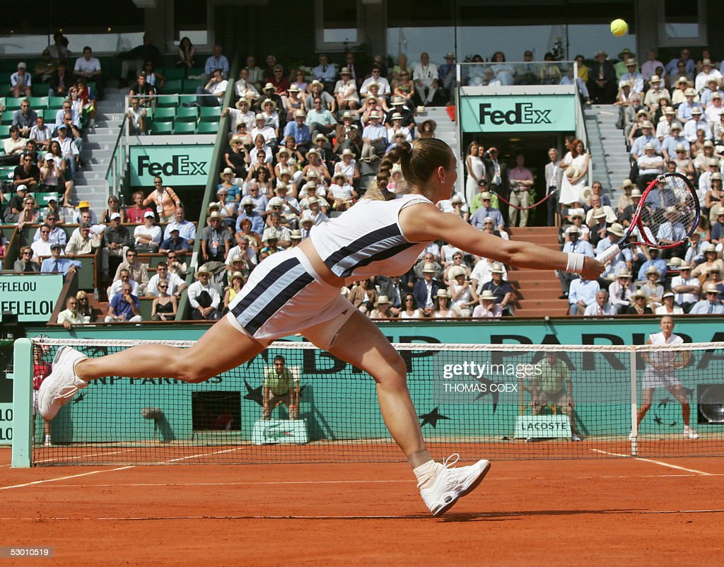 French Mary Pierce (L) returns the ball to Russian Elena Likhovtseva (R)during their semi final match of the tennis French Open at Roland Garros, 02 June 2005 in Paris. Pierce won 6-1, 6-1.
