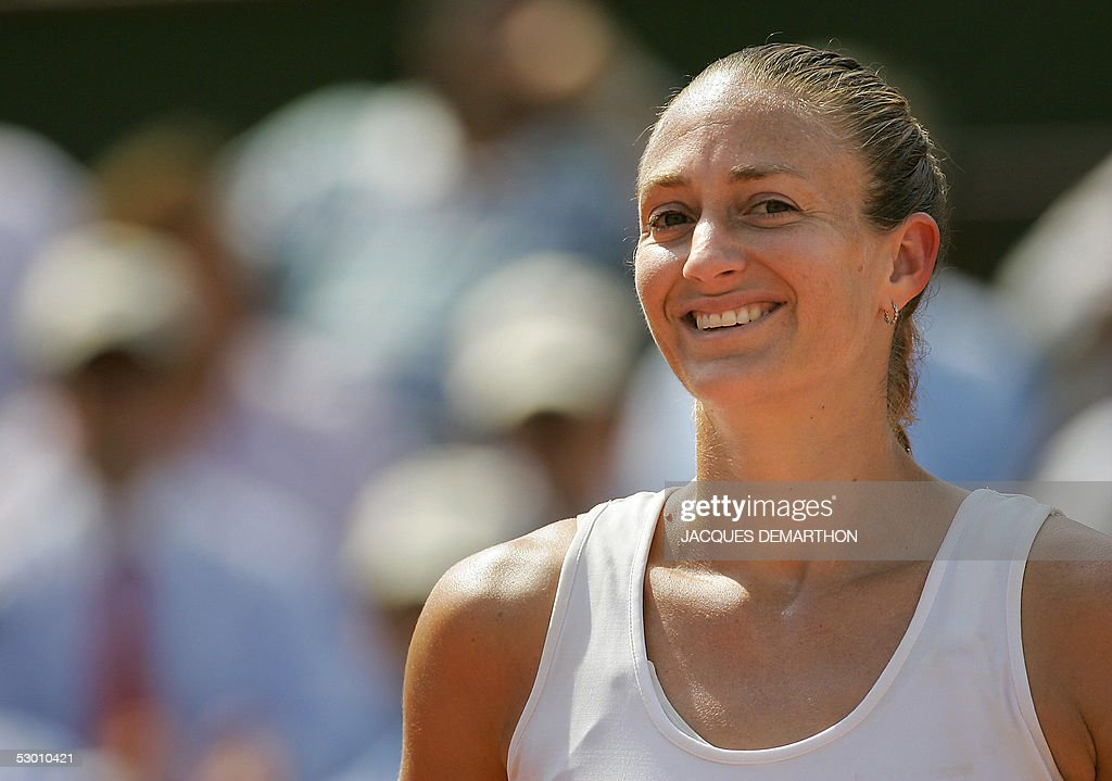 French Mary Pierce smiles during her semi final match of the tennis French Open at Roland Garros against Russian Elena Likhovtseva, 02 June 2005 in Paris.