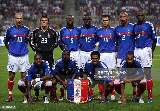 French national football team players pose prior to the 2006 World Cup qualifying football match France vs Faroe Islands at the Felix Bollaert...