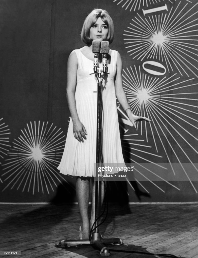France Gall On Stage At The Eurovision Contest In Naples In 1965 : Nachrichtenfoto