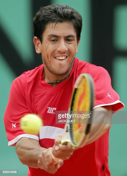 Guillermo Canas of Argentinia returns the ball to his compatriot Mariano Puerta during their quarter final match of the tennis French Open at Roland...