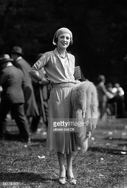 France Ile de France Paris ladies fashion dress and belt hat and fox fur Published by 'Dame' 22/1930Vintage property of ullstein bild