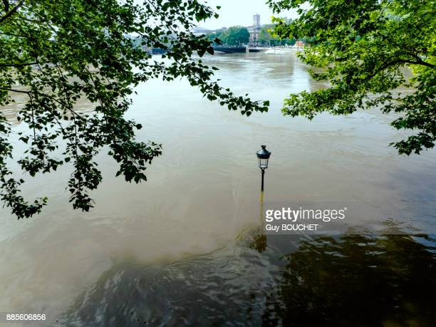 france, ile de france, paris, the seine overflowing and flooding, june 2016, the tip of the ile st louis - paris island stock photos and pictures