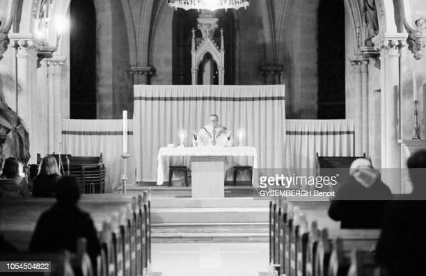 France janvier 1983 La vie d'un prêtre de campagne Roger DOLMAIRE 62 ans curé de RovilleauxChênes dans les Vosges Comme trente mille prêtres en...