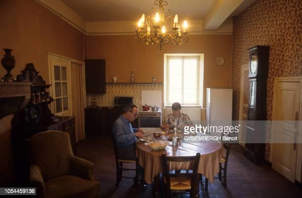 France juillet 1986 Le père Maurice LEVEL curé bourguignon administre six paroisses un collège et deux maisons de retraite pour un salaire de 2 760...