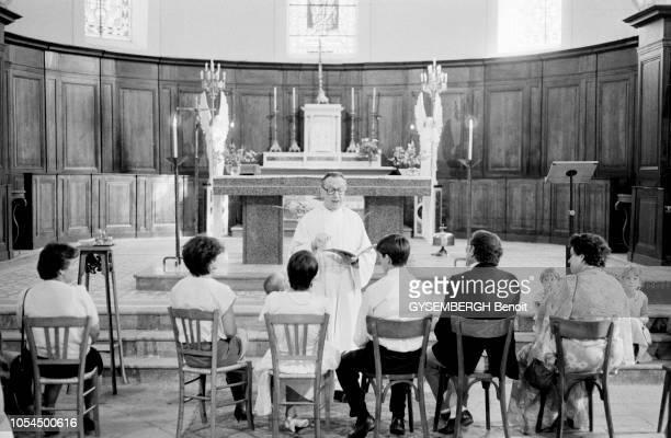 France juillet 1986 L'église de France est confrontée à la crise des vocations Le père Maurice LEVEL curé bourguignon administre six paroisses un...