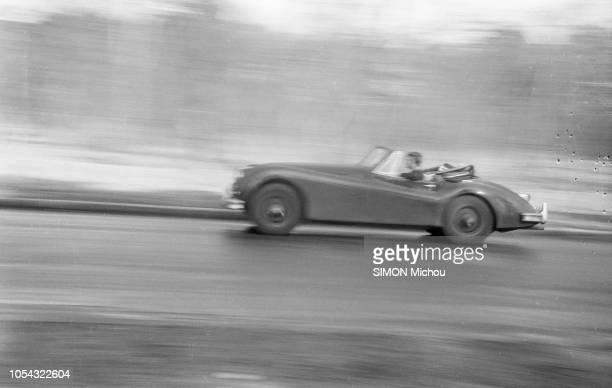 France juin 1956 La romancière Françoise SAGAN qui roule en roadster Jaguar XK120 publie son deuxième livre Un certain sourire Françoise SAGAN...