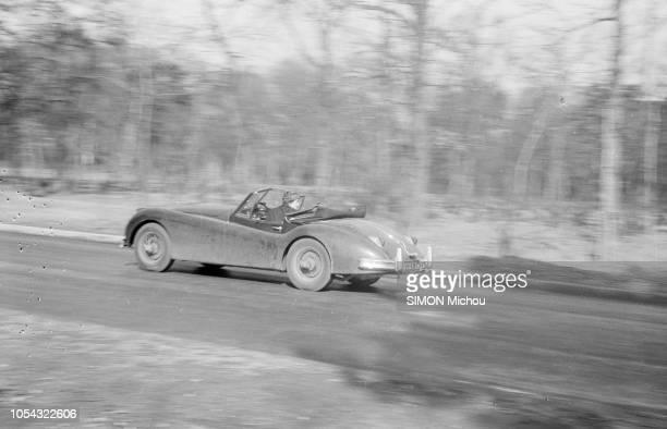 France juin 1956 La romancière Françoise SAGAN qui roule en roadster Jaguar XK120 publie son deuxième livre 'Un certain sourire' Françoise SAGAN...