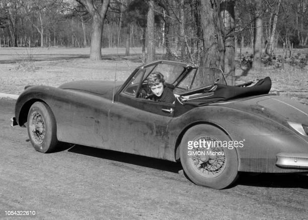 France juin 1956 La romancière Françoise SAGAN qui roule en roadster Jaguar XK120 publie son deuxième livre 'Un certain sourire' Françoise SAGAN dans...
