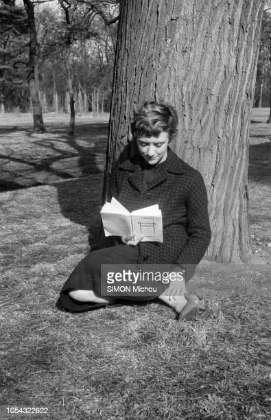 France juin 1956 La romancière Françoise SAGAN qui roule en roadster Jaguar XK120 publie son deuxième livre 'Un certain sourire' Posant assise contre...