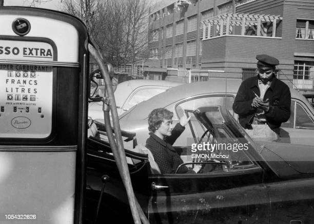 France juin 1956 La romancière Françoise SAGAN qui roule en roadster Jaguar XK120 publie son deuxième livre 'Un certain sourire' Au volant de sa...
