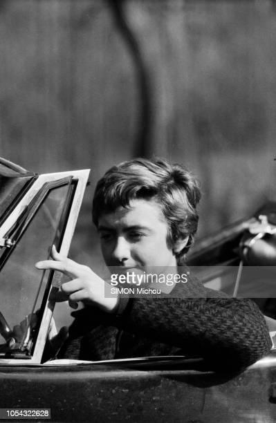 France juin 1956 La romancière Françoise SAGAN qui roule en roadster Jaguar XK120 publie son deuxième livre 'Un certain sourire' Portrait de...