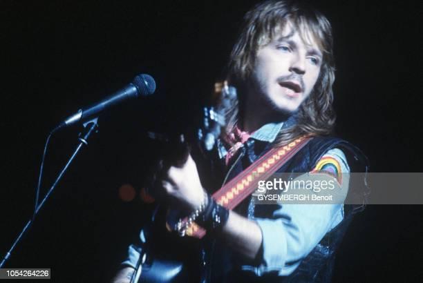 France Juin 1984 Rendezvous avec le chanteur RENAUD Ici jouant de la guitare sur scène