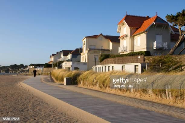 france, la bernerie-en-retz, pedestrian walkway at the top of the beach. - loire atlantique stock pictures, royalty-free photos & images