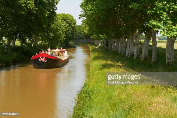 france, languedoc-roussillon, aude (11), canal du midi between carcassone and beziers, barge hotel c - canal du midi photos et images de collection