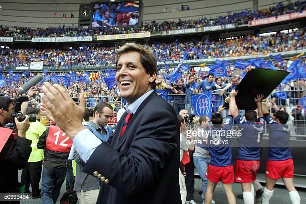 le president du Stade Francais Max Guazzini applaudit ses joueurs le 26 juin 2004 au Stade de France a SaintDenis apres avoir remporte la finale du...
