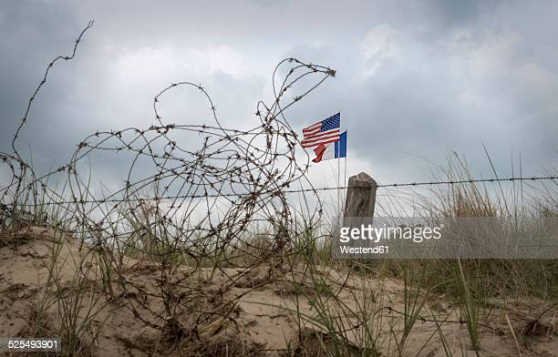 france, lower normandy, manche, sainte marie du mont, utah beach, barbed wire fence and french and us flag - utah beach stock photos and pictures
