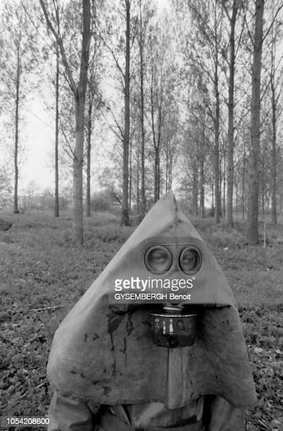 France mai 1984 La protection contre les armes chimiques dans l'armée française Manoeuvres avec tenues NBC Portrait en plan rapproché d'un homme en...