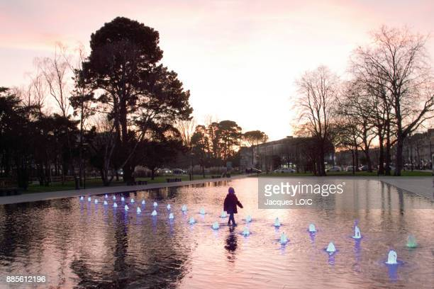 france, nantes, little girl crossing the water mirror near to the castle. - nantes photos et images de collection