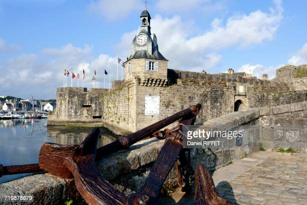 france, north-western france, brittany, concarneau, former battlements protecting the walled town, ships anchor - concarneau stock-fotos und bilder