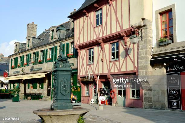 france, north-western france, brittany, concarneau, inside of the walled town. traditional houses. traditional square with its fountain. historical center of the city - concarneau stock-fotos und bilder