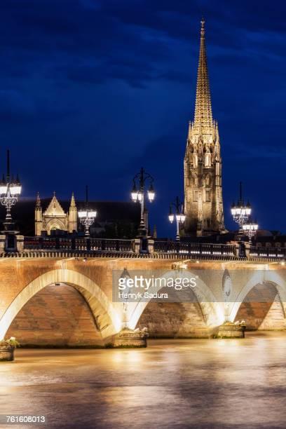 france, nouvelle-aquitaine, bordeaux, basilica of st. michael and pierre bridge - bordeaux stockfoto's en -beelden
