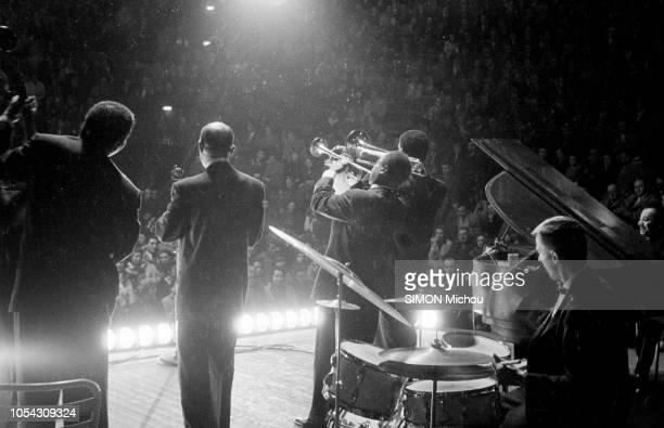 France novembre 1955 Le trompettiste de jazz américain Louis ARMSTRONG en tournée en France Il est sur scène vue de dos face au public jouant de la...