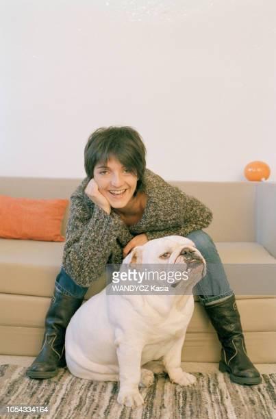 France Novembre 2003 L'humoriste Florence FORESTI avec son chien Ici souriante et de face Elle est assise dans un sofa se penchant pour être à...