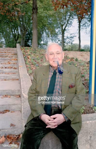 France novembre 2004 Ecrivains français à la 23ème Foire du livre de BriveLaGaillarde 2004 Ici l'écrivain et poète français Robert SABATIER fumant sa...