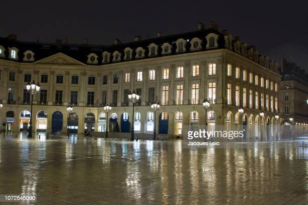 france, paris, 1st arrondissement,  place vendome in the rain, night. enlightened window: louis vuitton. - ヴァンドーム広場 ストックフォトと画像