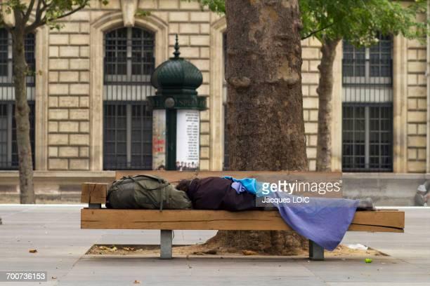 france, paris, 3rd district, place de la republique, homeless man lying on a bench, august 2014. - sin techo fotografías e imágenes de stock