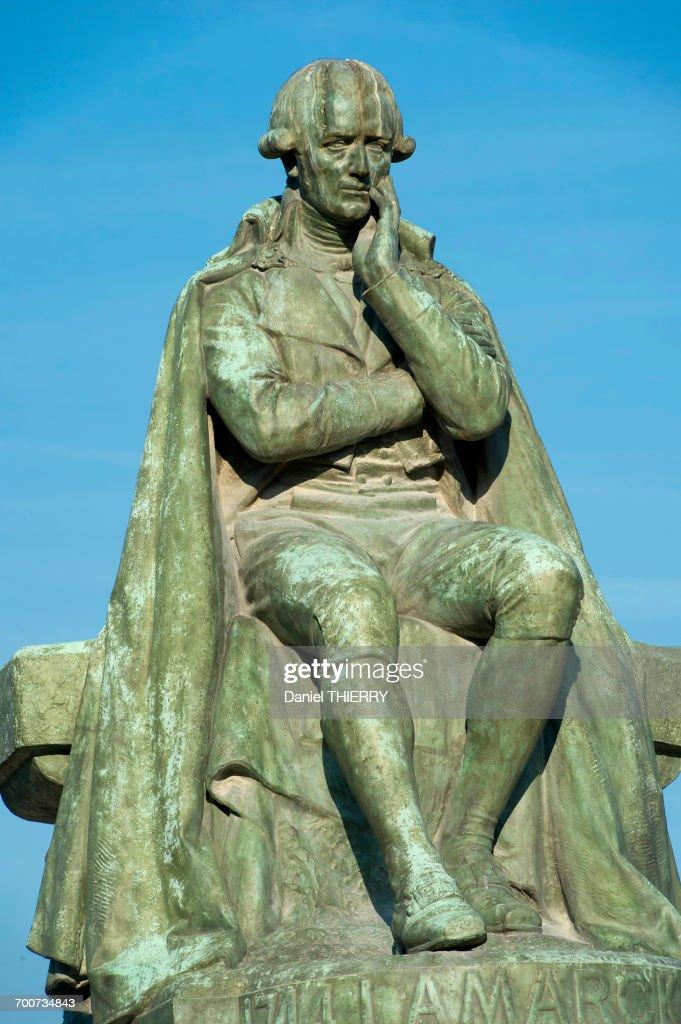 France, Paris, 5th district. Jardin des plantes. The statue of the naturalist Lamarck, bronze by Leon Fagel ( 1906 ) : Foto de stock