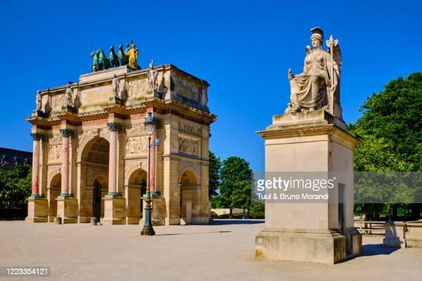 france, paris, arc de triomphe in the place du carrousel du louvre - louvre stock-fotos und bilder