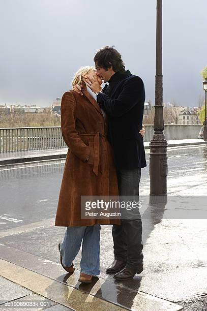 france, paris, couple kissing on street - embrasser sur la bouche photos et images de collection