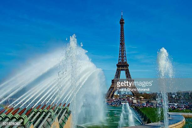 france, paris, eiffel tower and trocadero fountain - esplanade du trocadero stock pictures, royalty-free photos & images