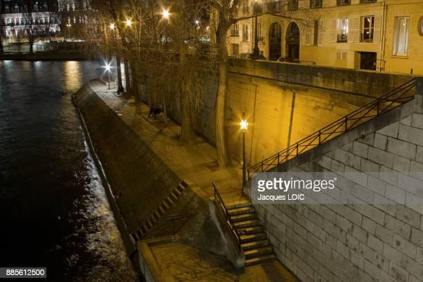 France, Paris, ile saint-Louis, Quai dOrleans, at night.