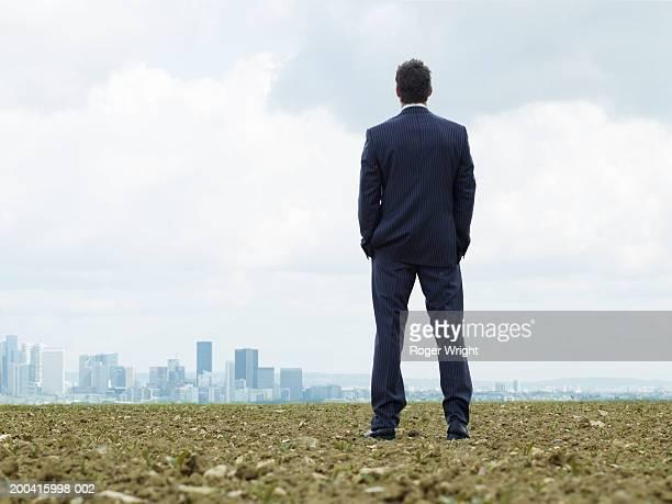france, paris, la defense, businessman looking at cityscape, rear view - vue de dos photos et images de collection