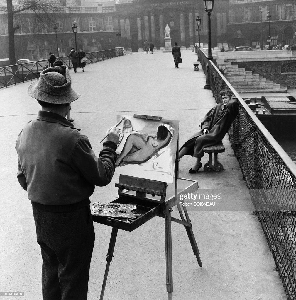 France, Paris, Le Pont Des Arts, Jacques Prevert Street, Painter, 1953 : News Photo