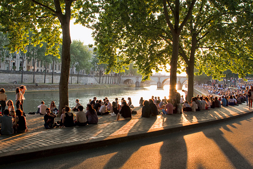 France, Paris, picnickers on the bank of the Seine, at the end of the day. - gettyimageskorea