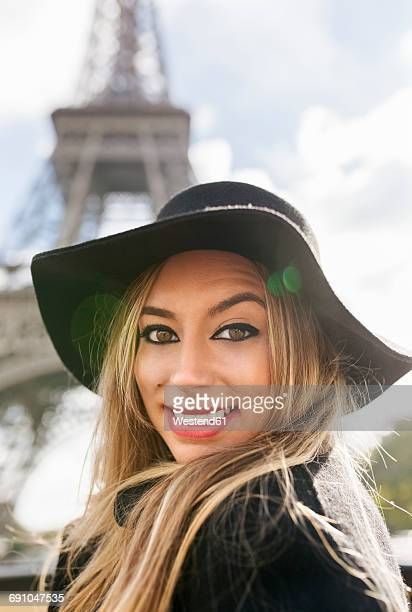 france, paris, portrait of smiling woman in front of eiffel tower - drooping stock photos and pictures